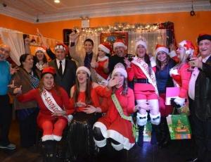 Se elige a Miss Santa Claus en las novenas de Navidad de Queens